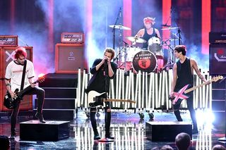 5-seconds-of-summer-at-the-2014-amas
